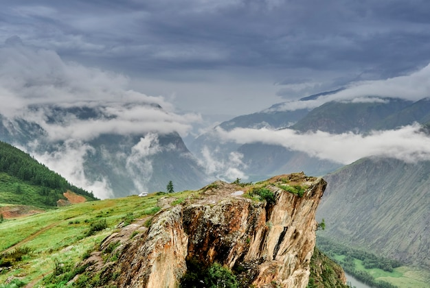 Nuvens de chuva no topo das montanhas. penhascos íngremes sobre o vale do rio. altai