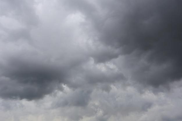 Nuvens de chuva que formam no céu no conceito do clima.