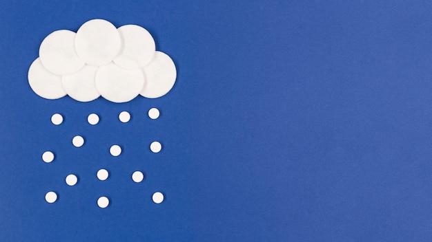 Nuvens de cópia-espaço com pílulas