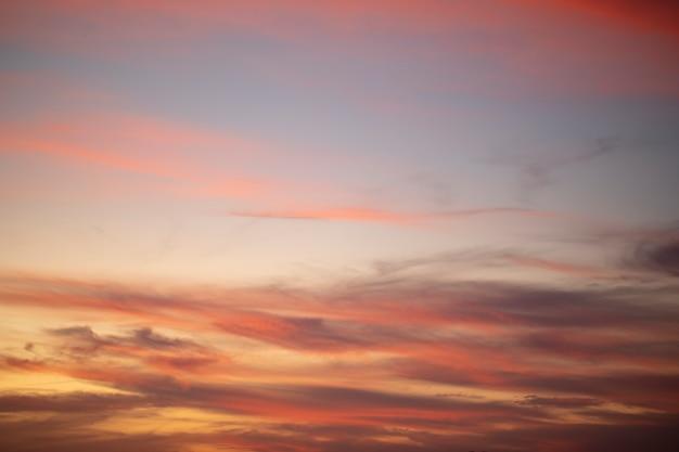 Nuvens de cúmulo ao pôr do sol com o pôr do sol em fundo escuro