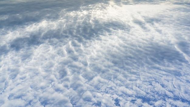 Nuvens de mar de seda abstrata sobre o fundo do panorama do céu