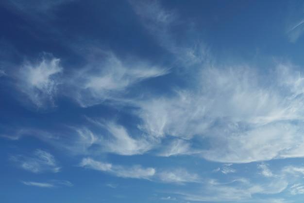 Nuvens de penas no céu azul
