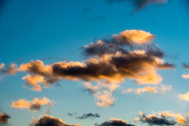 Nuvens de pôr do sol inchadas e coloridas