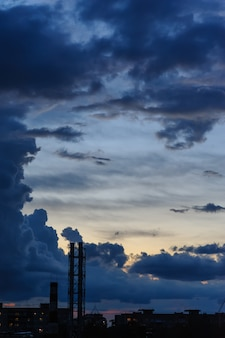 Nuvens de tempestade azuis escuras sobre a cidade na estação chuvosa