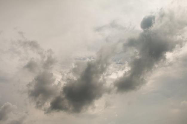 Nuvens de tempestade cinza obscenamente ominosa.