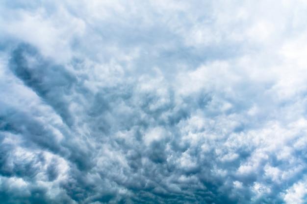 Nuvens de tempestade cinza sinistras filtradas