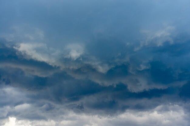 Nuvens de tempestade cinzentas escuras