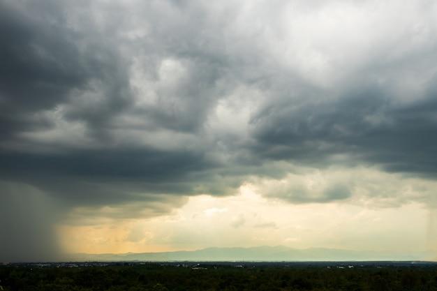 Nuvens de tempestade com a chuva. natureza ambiente escuro, enorme nuvem, nuvem negra de tempestade