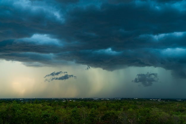 Nuvens de tempestade com a chuva. natureza meio ambiente escuro, enorme nuvem, nuvem negra de tempestade