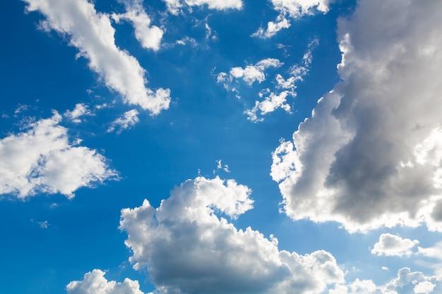 Nuvens de tempestade com um fundo de céu azul