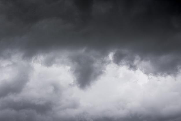 Nuvens de tempestade escuras durante o mau tempo, plano de fundo para o design_ Foto Premium