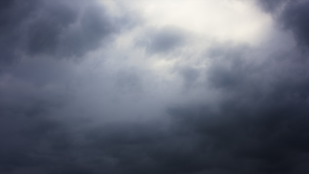 Nuvens de tempestade no céu acima da cidade