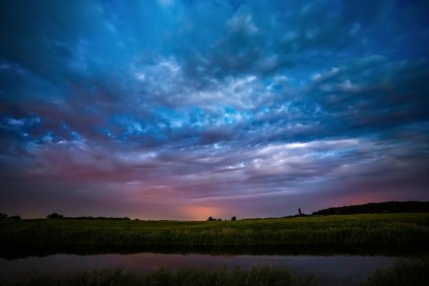 Nuvens de tempestade no céu após o pôr do sol no rio