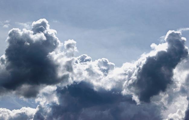 Nuvens de tempestade no céu azul. fundo. cumulus épicas cênicas nuvens de tempestade na textura de fundo de céu azul.