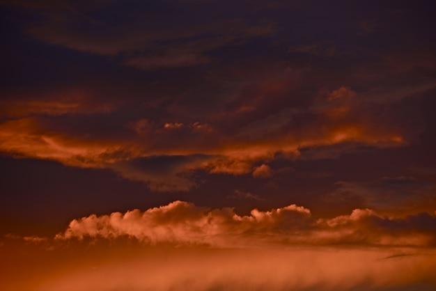 Nuvens de tempestade no pôr-do-sol