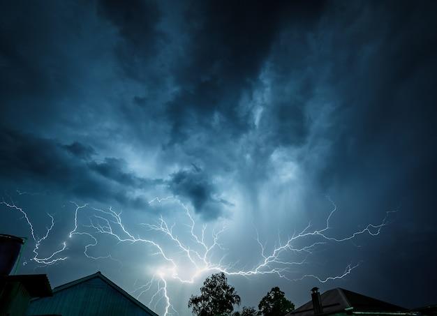 Nuvens de tempestade são iluminadas por um raio.
