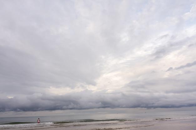 Nuvens de tempestade sobre o mar.