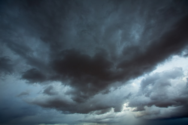 Nuvens de tempestades céu cinzento com sombras dramáticas
