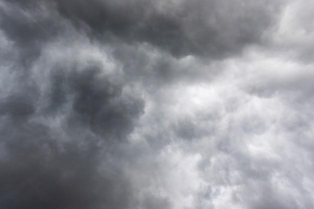 Nuvens de tempestades escuras antes de chuva, céu escuro e nuvens