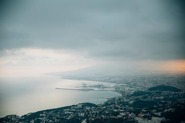 Nuvens de tempestades sobre a paisagem urbana de montanha
