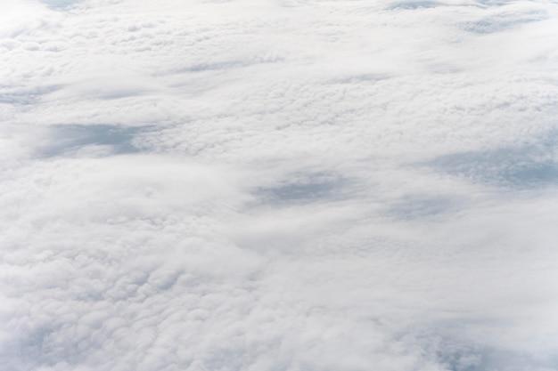 Nuvens dispersas no céu azul