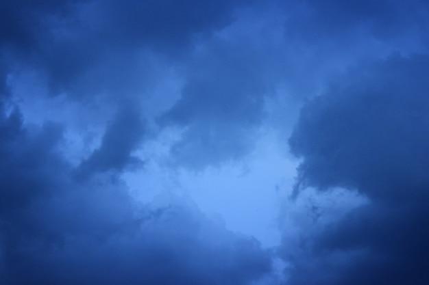 Nuvens do céu antes do temporal para suas necessidades