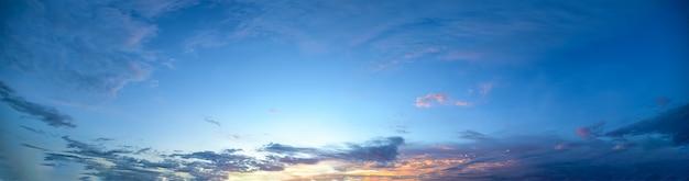 Nuvens do céu ao anoitecer