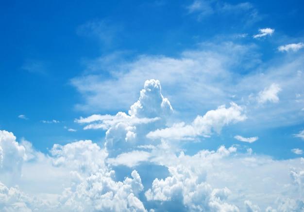 Nuvens do céu azul