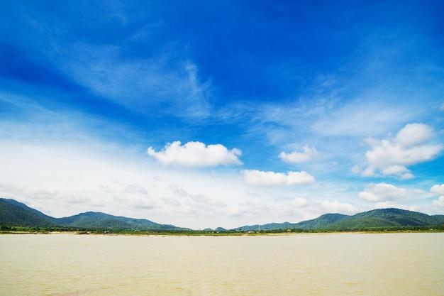 Nuvens do céu com rio e montanha