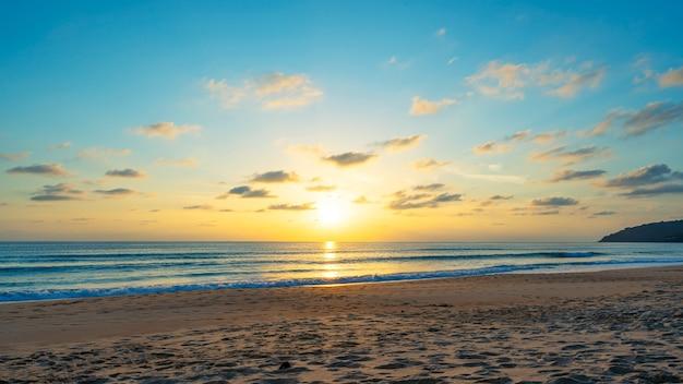 Nuvens do céu do pôr do sol ou do nascer do sol sobre a luz do sol do mar em phuket, tailândia.
