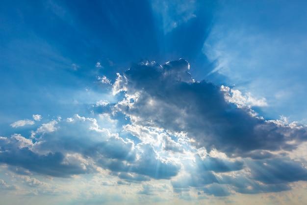 Nuvens do céu nublado dramática com raios de sol reais