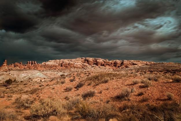 Nuvens dramáticas de tempestade sobre o parque nacional de arches, utah, eua