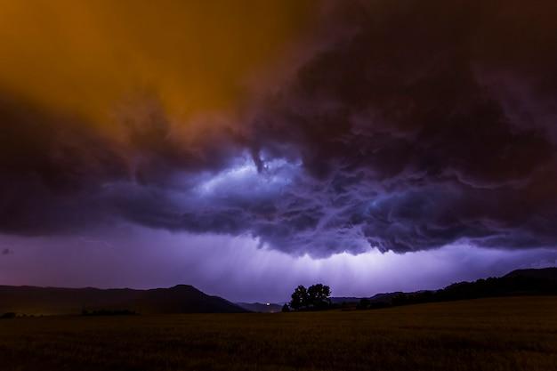 Nuvens dramáticas e relâmpagos em manresa, barcelona, catalunha, norte da espanha