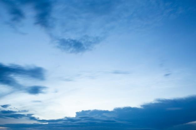 Nuvens dramáticas no céu azul ao pôr do sol