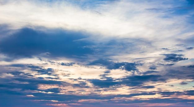 Nuvens dramáticas pela manhã durante o nascer do sol