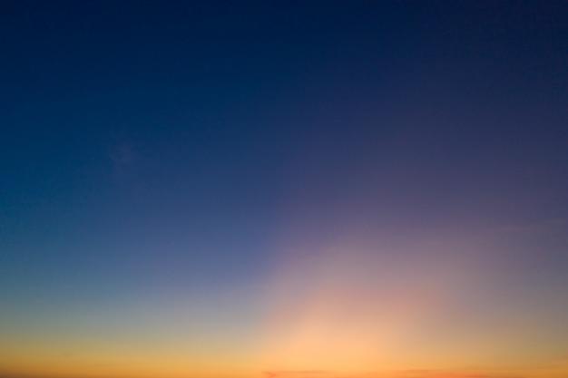 Nuvens e céu claro ao pôr do sol