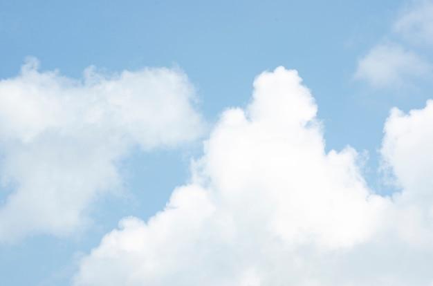 Nuvens e céu com fundo desfocado padrão