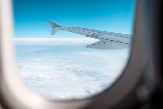 Nuvens e céu como visto através da janela de um avião.