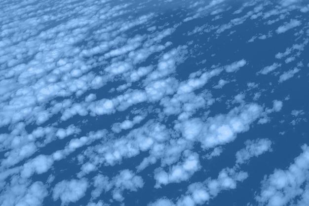 Nuvens e céu vista da janela do avião. abstrata textura monocromática. cor azul e calma na moda. copie o espaço