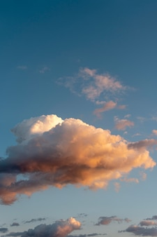 Nuvens e raios de sol no céu