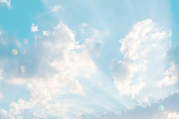 Nuvens em um fundo de céu azul