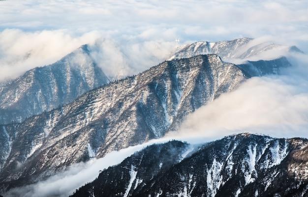 Nuvens entre montanha