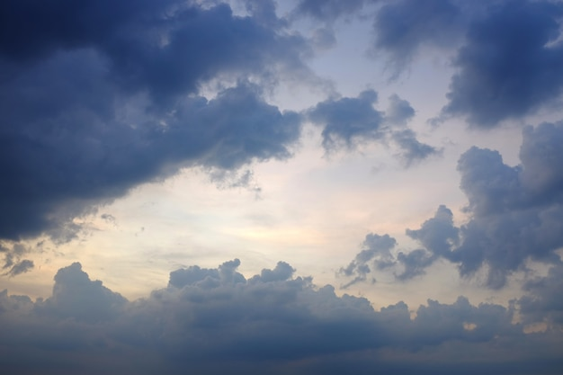 Nuvens escuras antes da chuva no céu azul