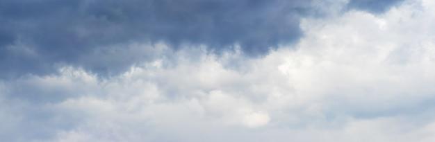 Nuvens escuras cobrem o céu. céu dramático e tempestuoso