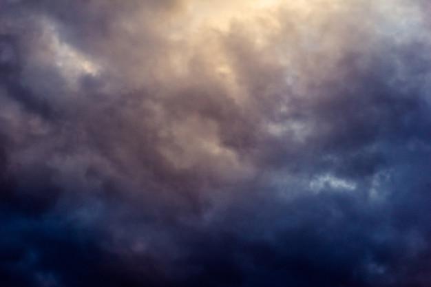 Nuvens escuras durante um tempo chuvoso