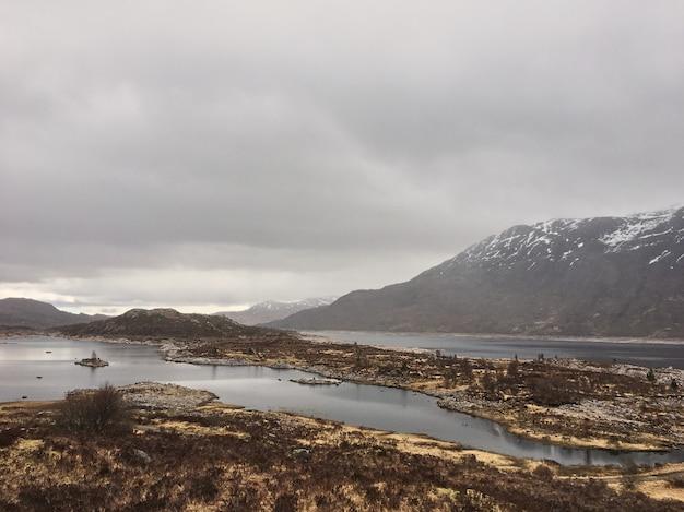 Nuvens escuras e cores bonitas sobre o quiraing na ilha de skye, na escócia - uk