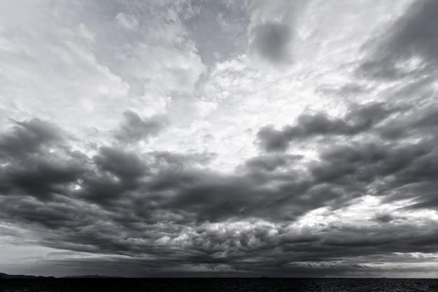 Nuvens escuras e luz no fundo