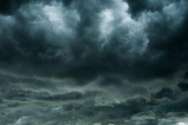 Nuvens escuras e trovoada com chuva