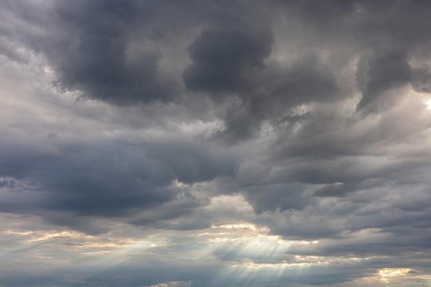 Nuvens escuras em um céu cinza, dramático
