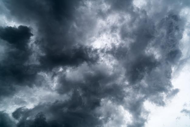Nuvens escuras no céu antes da tempestade pesada.
